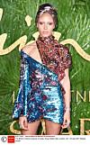 THE FASHION AWARDS: Hun er årets modell! Adwoa Aboah stakk av med den gjeve prisen. Vel fortjent, mener KK! Foto: Scanpix