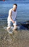 ALEX BLE FØDT I FEIL KROPP: - Jeg har til og med badet denne sommeren. Det har jeg ikke gjort siden jeg var liten, sier Alex Bjørnstad Larsen. FOTO: Alexander Dahlstrøm Winger/ Synnøve Fosse / Privat